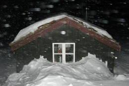 Godt å være i hus når snøen laver ned i vintermørket - Foto: Jorun Winther