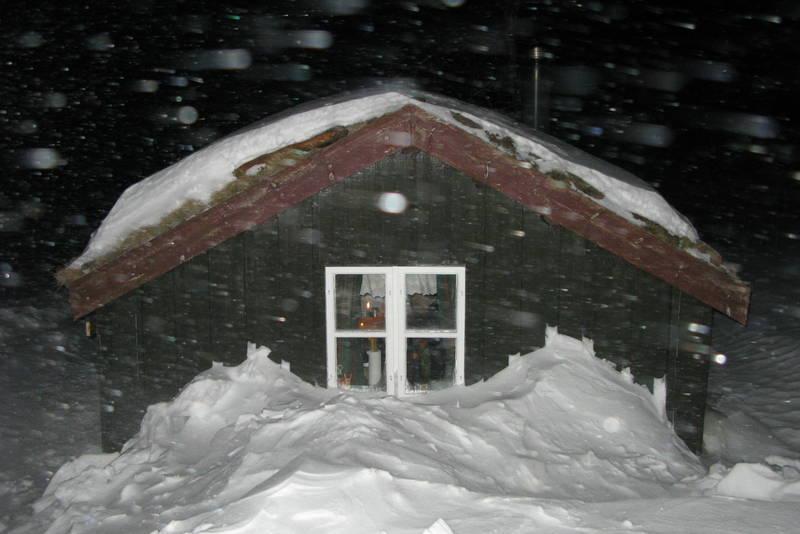 Godt å være i hus når snøen laver ned i vintermørket