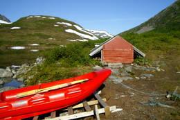 Naustet ved Måsvassbu med tilhørende båt. - Foto: Helene Hoemsnes