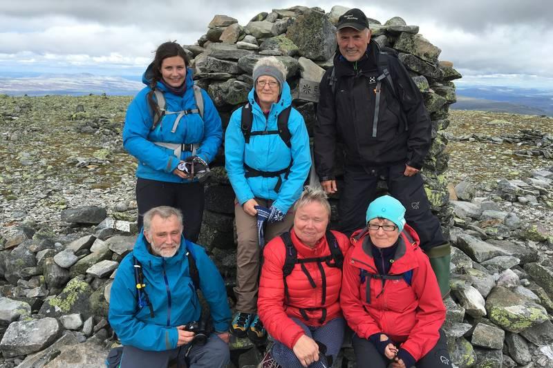 Et lite DNT-følge har nådd toppen av Elgåhogna, 1460 moh.