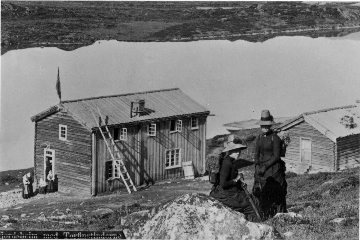 PIONERER: Tidlige fjellturister utenfor Gjendesheim på 1890-tallet.