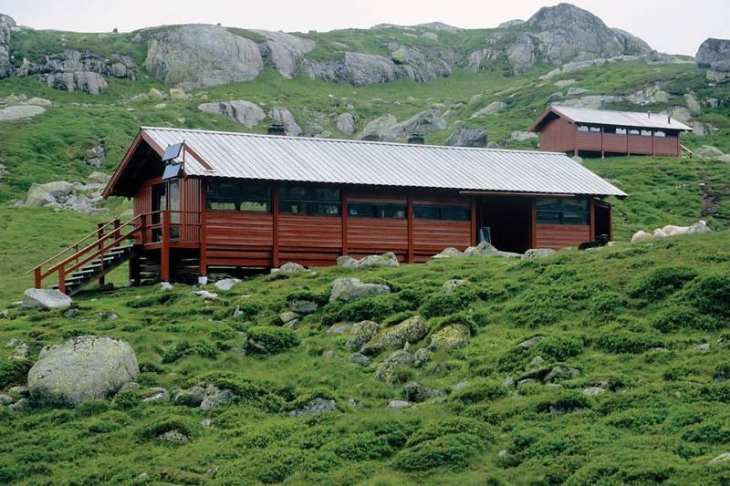Langavatn turisthytte ligger ved utløpsosen fra Langavatnet med vidt utsyn over Rundavatnet