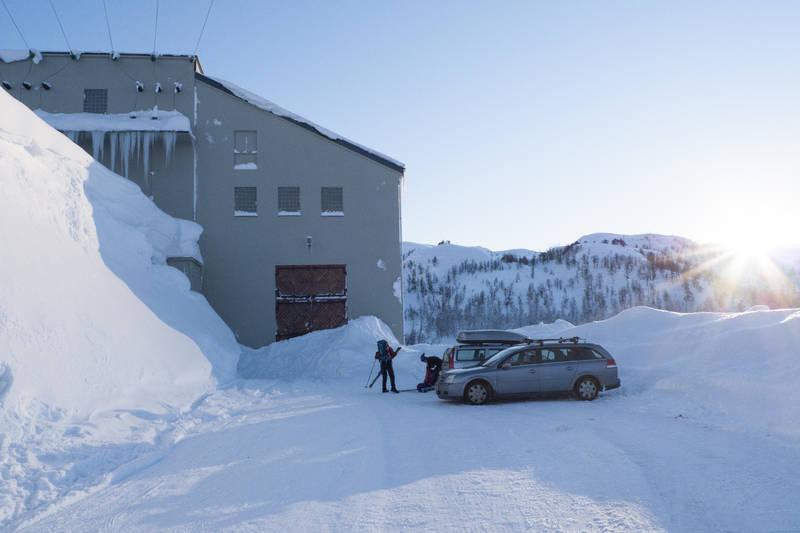 Parkering ved kraftanlegget.