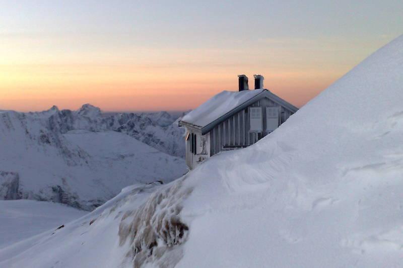 Tåkeheimen i sin prakt på selveste nyttårsaften. bildet er tatt ovenfra og ned med utsikk mot svartisen