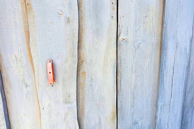 """KLippetang for """"TI på topp"""" på veggen ved døra."""