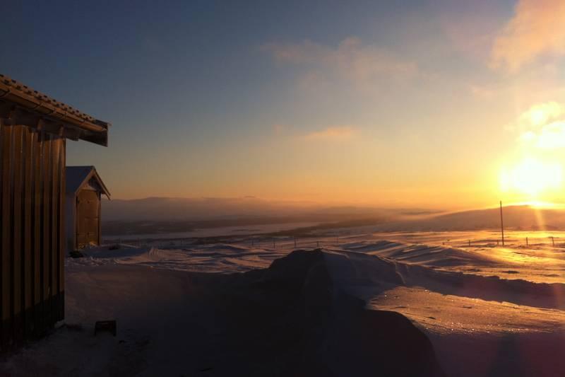Deler av annekset og utedassen på Kjølihytta i fin morgensol ca kl 09:30 den 29 januar. Det blåser relativt friskt og temperaturen er 14 blå grader.