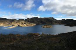 Kvinen ligger ved Kvivatnet, et regulert vann. Her er det relativt høy vannstand - Foto: