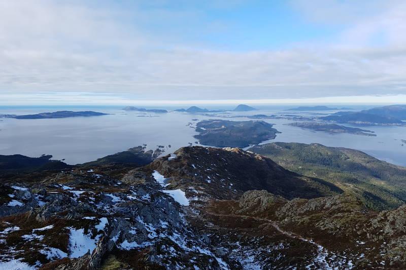 Ned att kan du gå via Hornfjellet 425 moh. Etter omlag 1 km frå toppen tar stien av til høgre mot Hornfjellet. Følg den delvis merka stien langs fjellryggen.
