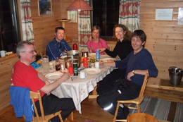 Uten mat og drikke ...<br />Trivelig rundt spisebordet - Foto: Eirik Alst