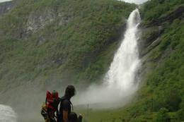 Å løpe forbi Avdalsfossen er en fuktig afære. Den velter seg imponerende vill og vakker ned i Utla med et vått brudeslør - Foto: Julie Maske