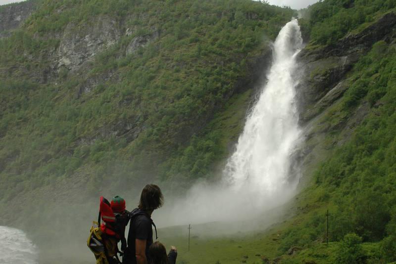 Å løpe forbi Avdalsfossen er en fuktig afære. Den velter seg imponerende vill og vakker ned i Utla med et vått brudeslør