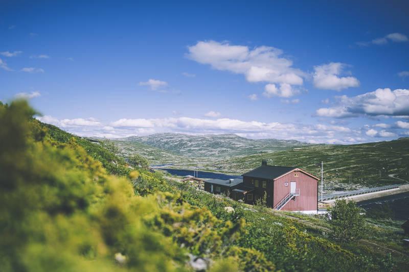 Kalhovd ligger vakkert til ved Kalhovdfjorden sørøst på Hardangervidda