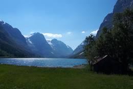 Myklebustdalen med Sandalsvatnet. - Foto: Bodil Dybevoll