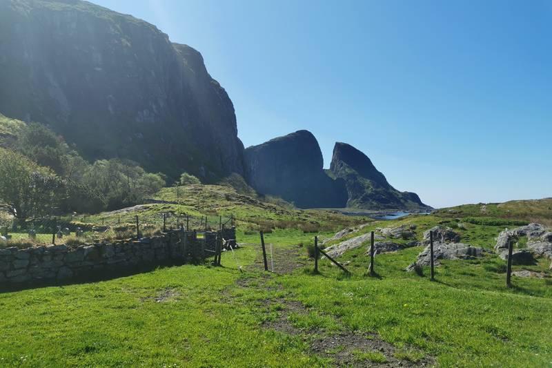 Her ser du det kjende seglingsmerket «Kinnaklova» som ligg vest på øya.