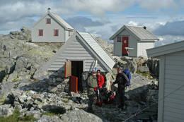Bresenteret på Fonnabu har fire bygninger, og man bor i to av dem. - Foto: Målfrid Hatteland