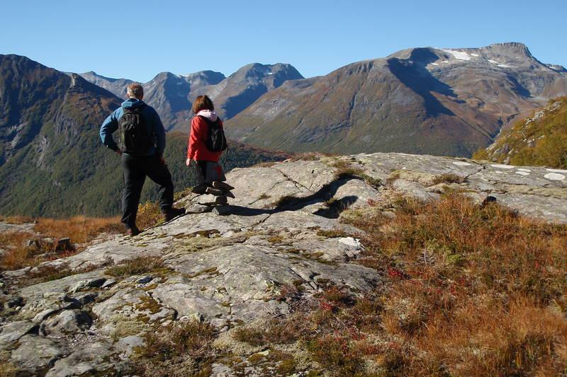 Utsikt nordover før nedstigningen mot Bjørke.