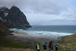 2. pinsedag gikk åtte av turdeltakerne tur på Moskenesøya. Her har vi nesten nådd fram til målet for turen fra Torsfjorden, nemlig Kvalvika. Fra Kvalvika gikk turen over fjellet til Fredvang.  -  Foto: Willy Vestå