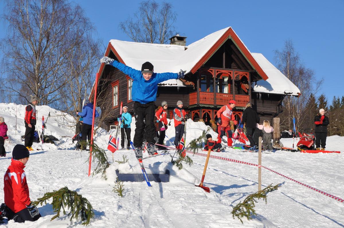 Jordene rundt tunet innbyr til ski- og akeglede for store og små.