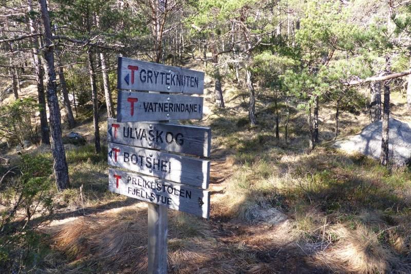Stien kommer ned bak skiltet. Fra her går det lett ned til utgangspunktet.