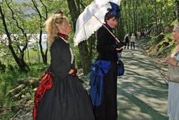 To penere fruer på Prestavegen. (frå opning av Prestavegen) -  Foto: Hjelmeland kommune