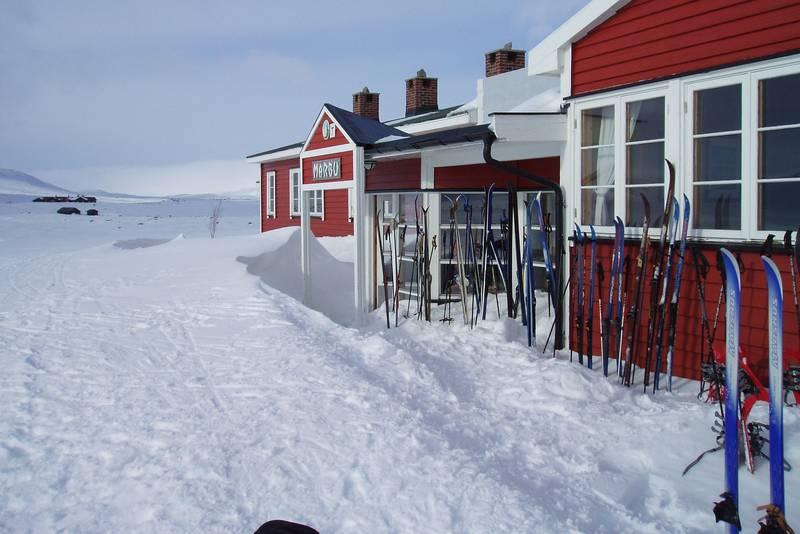 Mårbu i snø og sol.