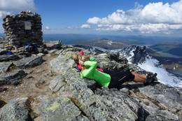 Når været tillater et besøk på toppen bør man nyte den mektige utsikten Snota byr på. -  Foto: Jonny Remmereit