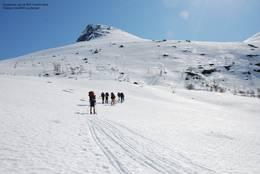 Med skituppen strakt mot Skålatårnet. DNT ung Bergen på vårtur.  - Foto: Fredrik Skeie