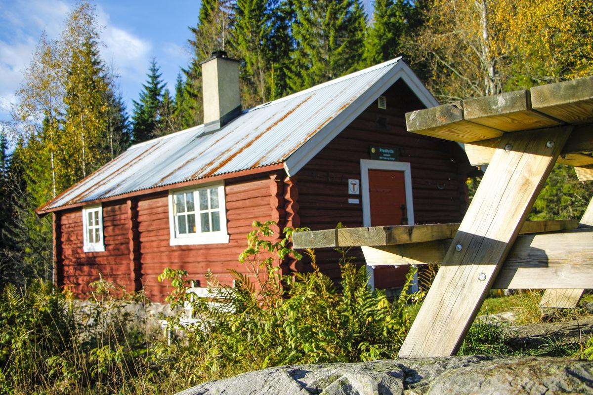 På hytta finner du utebord og bålpanne