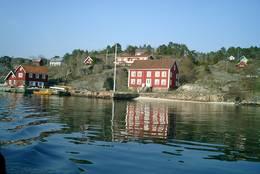 Veien går langs sjøen -  Foto: Leif Fage