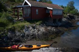 Kystledhytta Rødstua egner seg godt til å gå i land med kajakk. Å overnatte her føles som en strandidyll fra Sørlandet. -  Foto: Oslofjordens Friluftsråd