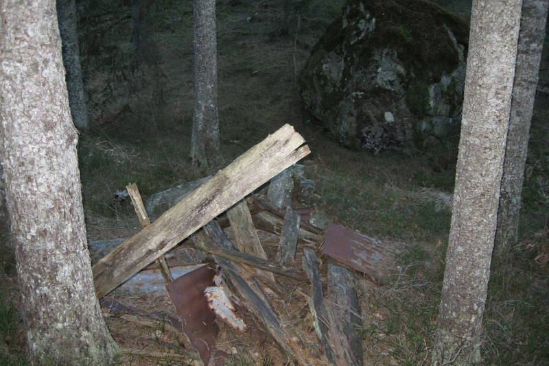 Der hvor stien svinger opp fra Store Vålevann mot Valefjell ligger en nedrast jakthytte.