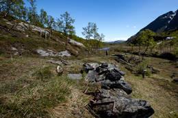 Etter ca tre kilometer åpner dalen seg mot sør og stien blir vanskeligere å følge.  - Foto: Trond Østvang