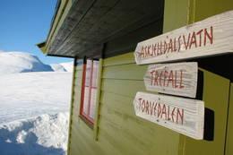 Tydelige skilt i hytteveggen pΠSelhamar - Foto: Torill Refsdal Aase