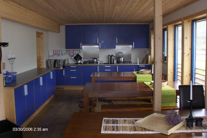 Kjøkken og spisebord.