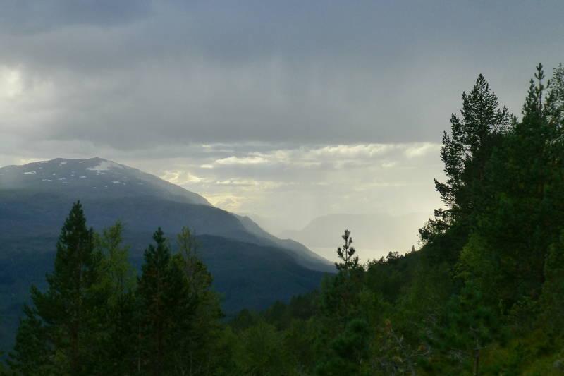 Utsikt mot Glitregga og Hornindalsvatnet ein disig dag
