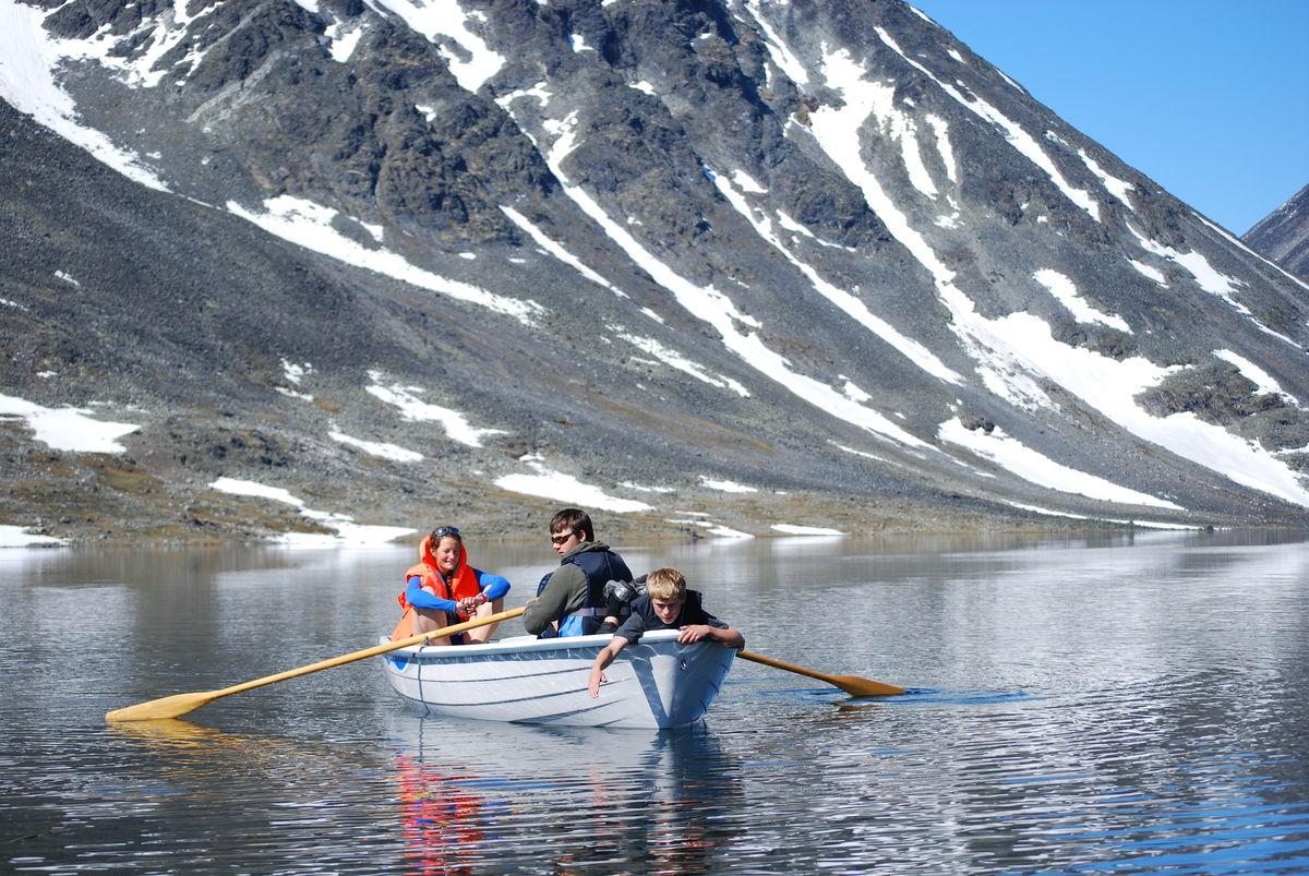 Båt ligger på Steinbruvannet, ca 20 min å gå fra hytta.