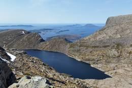 Utsikt ned til Keipevatnet, Stillebåen, 575 moh til venstre og Terdalskeipen, 744 moh til høgre. - Foto: Arnfrid Bergheim