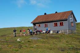 Fellestur fra Bergen og Hordaland Turlag gjør seg klar for avmarsj fra VEnding turisthytte til tur mot Botnen i Fyksesund.  - Foto: Torill Refsdal Aase