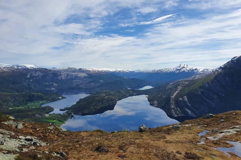 Utsikt austover når du runder fjellet og går oppover mot toppen av Grøneheia