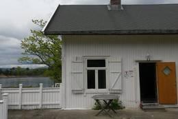 Hovedinngangen til DNT-hytta på Langøyene -  Foto: Janet Bydal