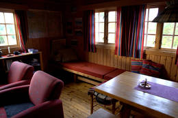 Stue på Kvitfjellhytta  - Foto: NTT