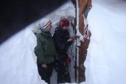 Ved store snømengder kan det skje at inngangsdøra må måkes fram. Da er spaden som er med i vintersekken til nytte. - Foto: Knut Storteig