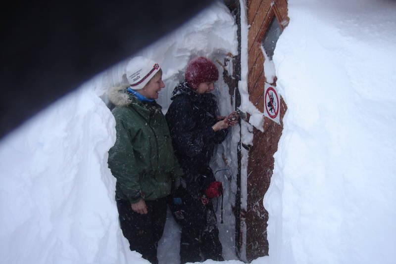 Ved store snømengder kan det skje at inngangsdøra må måkes fram. Da er spaden som er med i vintersekken til nytte.