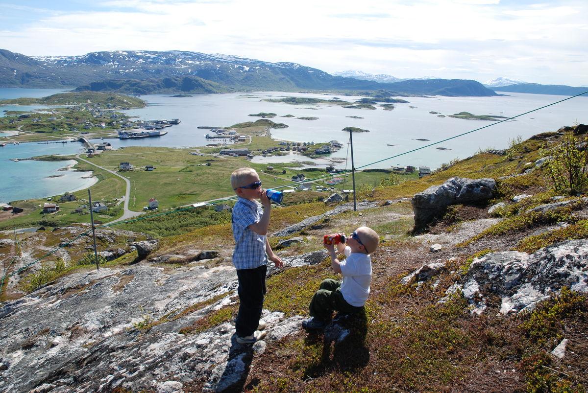 På vei oppover, god utsikt over bebyggelsen på Sommarøy og Hillesøy.