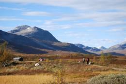 På vei innover Jøldalen. Svarthetta ruver godt i det vakre landskapet. -  Foto: Foto: Nina Kobberrød