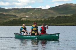På Jøldaleshytta er det fire kanoer som gjester kan bruke. - Foto: Jonny Remmereit