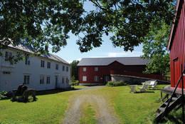 Bjugn bygdatun - Mjølnargården, er nevnt allerede i 1520. I dag er området et levende museum med bygninger, kulturaktiviteter, utstillinger og samlinger. - Foto: Asgeir Våg