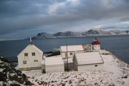 Skongenes Fyr, fyrbygningene i snø (Britt, des04). - Foto: Britt Småvik