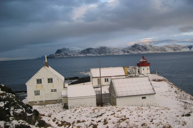 Skongenes Fyr, fyrbygningene i snø (Britt, des04).