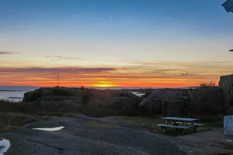 Mang en vakker solnedgang er beskuet fra hytta